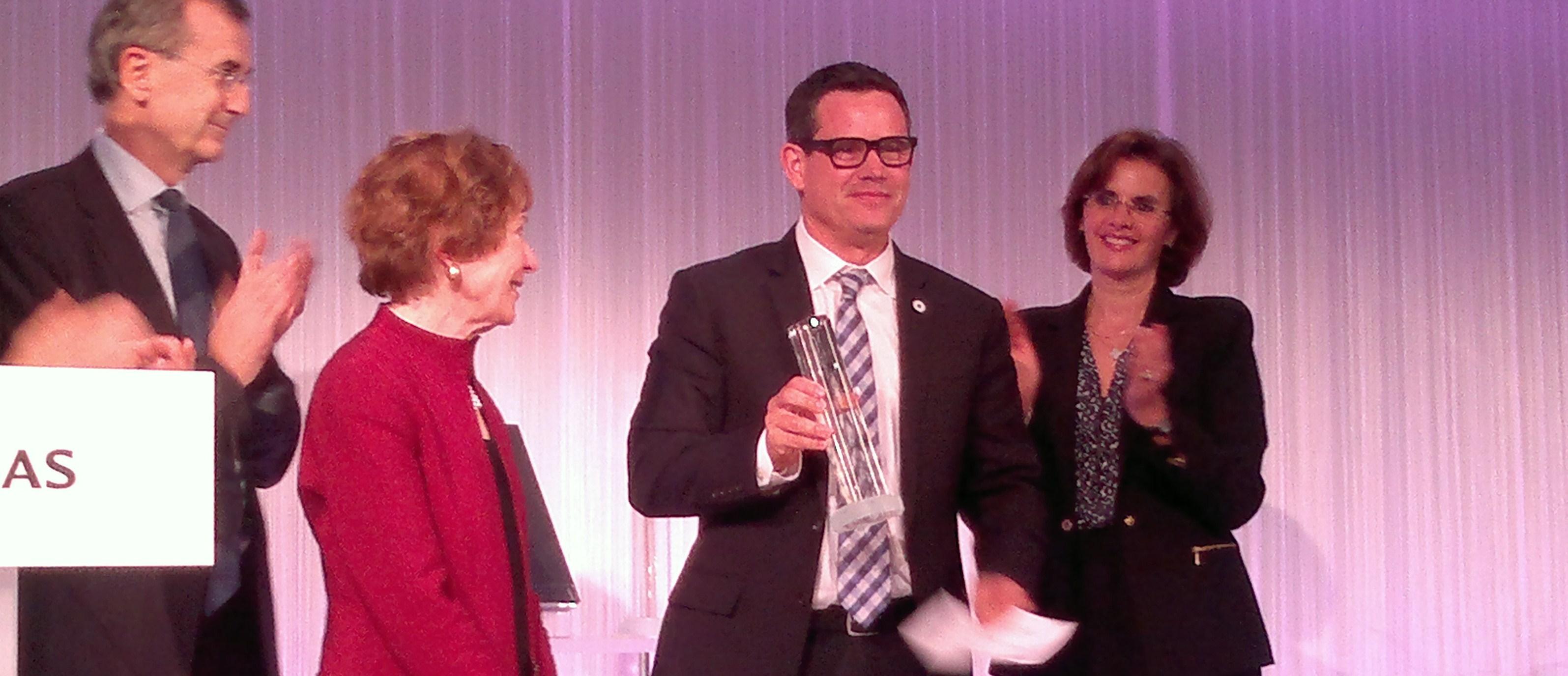 Chuck Slaughter reçoit le prix spécial BNP de la philanthropie individuelle 2013, entouré de François Villeroy de Galhau (BNP), Suzanne Berger (MIT) et Sofia Merlo (BNP). (photo © GPouzin)