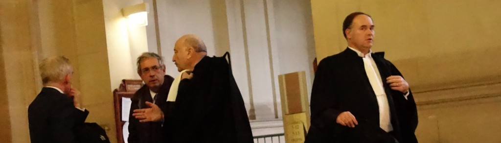 Guillaume Hannezo, l'ex-directeur financier de Vivendi, et ses avocats à la sortie de la 5ème chambre correctionnel de la Cour d'appel de Paris.  (photo © GPouzin)