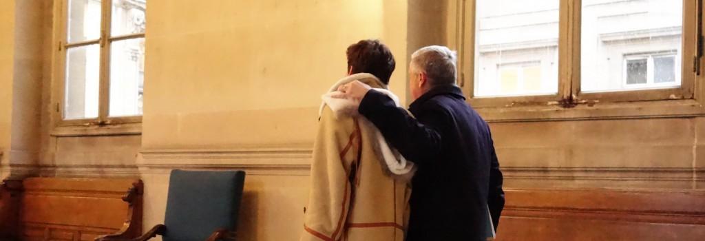 Jean-Marie Messier tourne le dos aux objectifs à sa sortie du procès Vivendi (photo GPouzin)