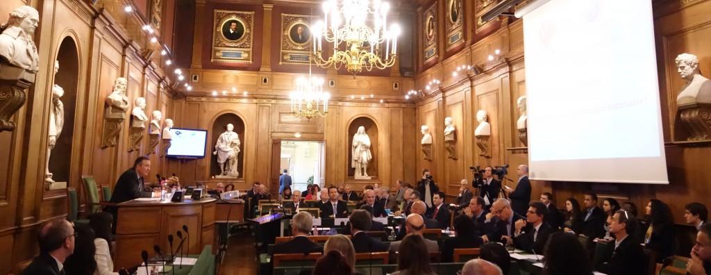Bertrand Collomb, président honoraire de Lafarge, introduisait la présentation du rapport sur La Finance Responsable dans la grande salle des séances de l'Institut de France. (photo © GPouzin)