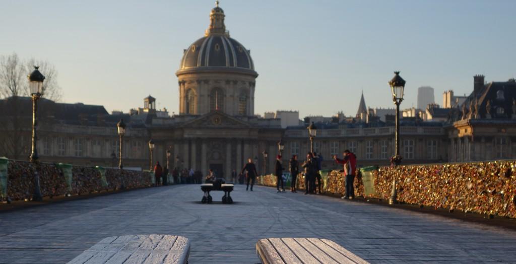 Face au Pont des Arts, haut lieu du cadenassage touristique, le 23 Quai de Conti abrite le prestigieux Institut de France. (photo © GPouzin)