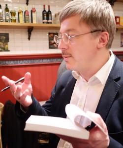 """Adrien de Tricornot, journaliste au Monde, explique """"comment la République a plié devant les banques""""(photo © GPouzin)."""