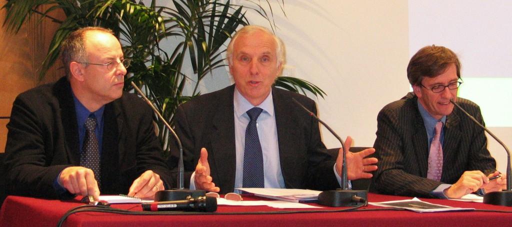 En octobre 2003, le journaliste Patrick Lelong (à gauche), succède quelques mois à son ex-confrère Pierre-Marie Guillon (centre) à la présidence de l'Afer, en présence de Bruno Rostain, président d'Aviva France (à droite). (photo © GPouzin)