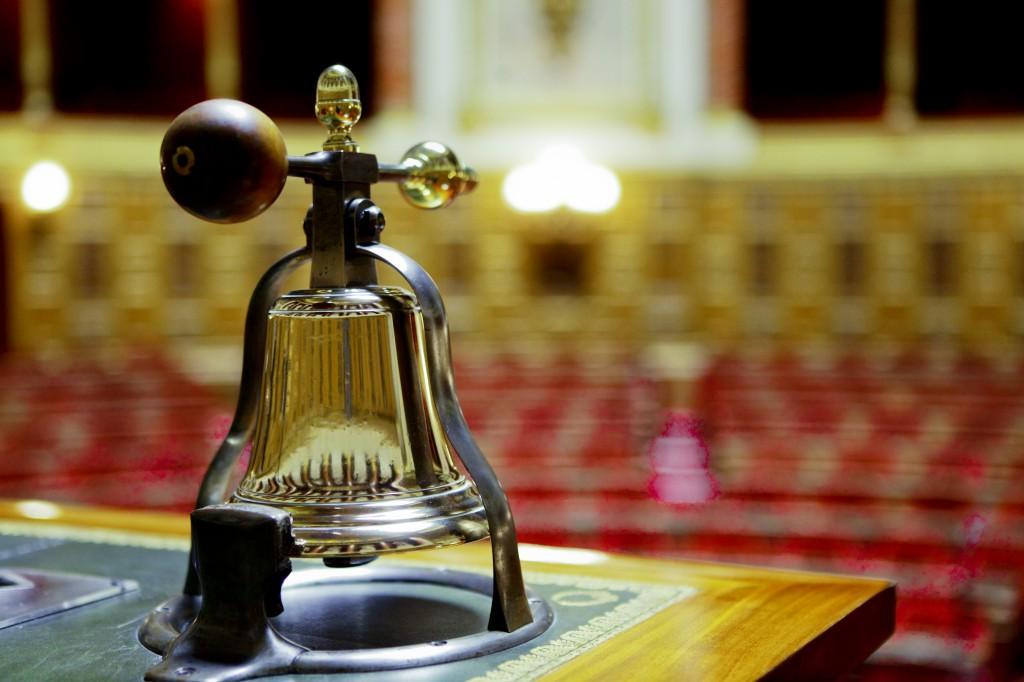 La loi de transposition a été examinée par les députés et les sénateurs, la plupart des amendements n'ont pas été retenus