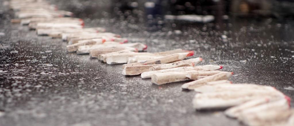 Symbole de la liberté de la presse et de la liberté d'expression en général, les crayons de la paix honorent la mémoire des journalistes et dessinateurs de Charlie Hebdo assassinés, place de la République jeudi 8 janvier 2015. (photo © GPouzin)