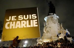 Je suis Charlie, signe de ralliement devenu en quelques heures le symbole mondiale de la liberté d'expression, dès le soir du massacre de la rédaction de Charlie Hebdo, mercredi 7 janvier 2015. (photo © GPouzin)
