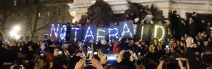 Eclairant ce jour sombre, neuf lettres lumineuses dessinent dans la nuit ce slogan repris par la foule : NOT AFRAID, même pas peur... (République le 7/1/2015 photo © GPouzin)