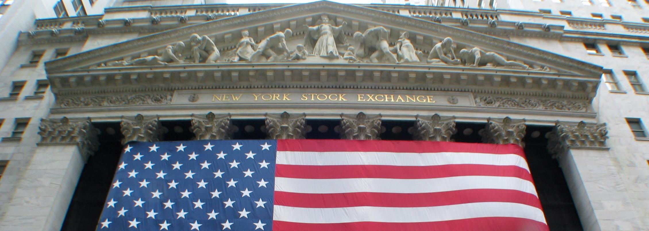 A Walll Street, palais de la Bourse du New York Stock Exchange, il a fallu 25 ans pour effacer le krach de 1929. Tandis que le krach de la Bourse de Tokyo n'est toujours pas effacé, 28 ans après son pic de 1989. (photo © GPouzin)
