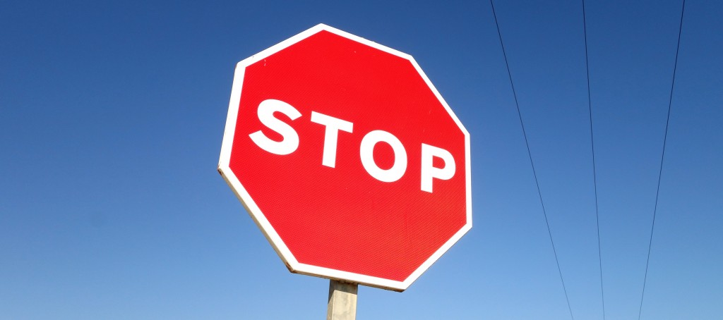 Un simple panneau Stop! suffirait-il à dissuader les les malversations, si les fraudeurs avaient peu de risque d'être pris et ne s'exposaient à aucune sanction vraiment dissuasive ? (photo © GPouzin)