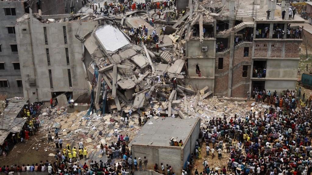 """Plus de 1100 personnes, principalement ouvrières textile, ont trouvé la mort dans l'effondrement de l'immeuble Rana Plaza abritant les sous-traitants fabriquant des vêtements de marque """"occidentales"""", notamment pour Auchan poursuivi en justice par les associations Sherpa, Ethique sur l'étiquette et Peuples solidaires. La proposition de loi sur la sous-traitance vise à améliorer les pratiques de sous-traitance. Photo: Flickr: Dhaka Savar Building Collapse, rijans"""